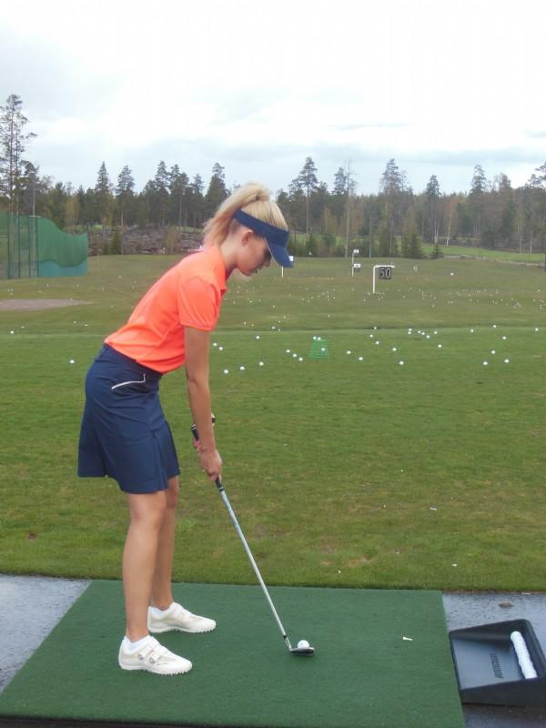 Jo Bea Toivosen alkuasennosta näkee, ettei tämä ollut ensimmäinen kerta golfkentällä.