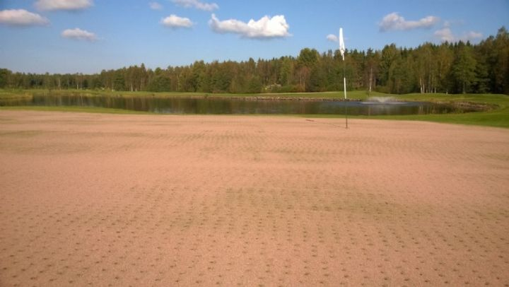 Holkituksen jälkeen viheriöt dressataan, eli niille levitetään erittäin hienorakeista hiekkaa.