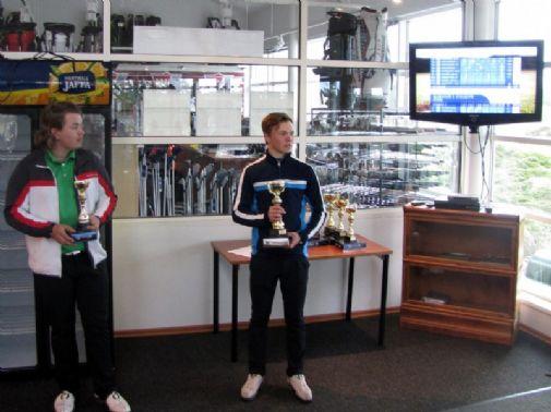 Poikien sarjan voittaja Alvar Kässi (oik.) piti voittopuheen ja kolmas Miro Vihanto kuuntelee.