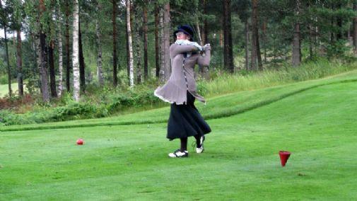 Tina Joplkkonen asianmukaisesti pukeutuneena.