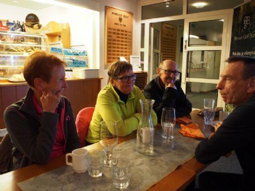 Tyytyväiset aamupelaajat kerrankin illalla klubilla. Eli Kippolat ja Blomqvistit.