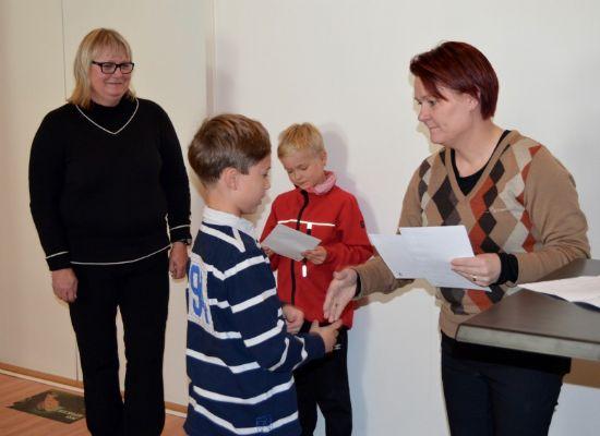 Julius Kyyhkynen noutamassa stipendiä Mari Einiöltä. Takana Sirpa Ärmänen ja Alexander Ruotsalo.